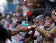 راولپنڈی: مخیر حضرات کی جانب سے مستحقین کے لیے افطاری کا انتظام کیا ..