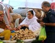 راولپنڈی: شہری ایک سٹال سے لہسن وغیرہ خرید رہے ہیں۔