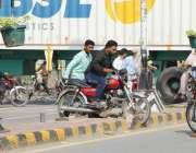 لاہور: مال روڈ پر چیئرنگ کراس بند ہونے کے باعث موٹر سائیکل سوار شہریوں ..