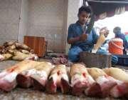 راولپنڈی: دکاندار گاہکوں کو متوجہ کرنے کے لیے پائے تیار کر رہا ہے۔