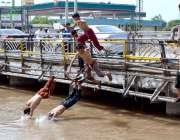 سرگودھا: نوجوان خطرناک انداز سے نہر میں چھلانگ لگا رہے ہیں جو کس حادثے ..