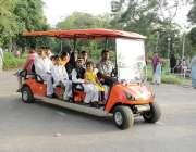 لاہور: ایک فیملی باغ جناح کی سیر کے لیے ٹرالی کار میں سوار ہے۔