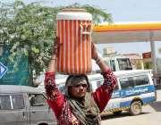 سرگودھا: خاتون کولر میں پینے کے لیے پانی بھر کر لیجا رہی ہے۔