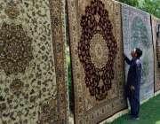 اسلام آباد: وفاقی دارالحکومت میں دکاندار قالین فروخت کے لیے سجا رہا ..