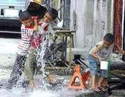 راولپنڈی: بچے گرمی اور دھوپ کی شدت سے بچنے کے لیے ایک دوسرے پر پانی پھینک ..