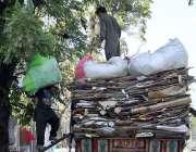 اسلام آباد: مزدور لوڈر گاڑی پر خالی کاٹن اور کاغذ وغیرہ لوڈ کررہا ہے۔