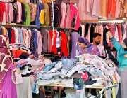 راولپنڈی: صدر لنڈا بازار خواتین گرم کپڑوں کی خریداری کر رہی ہیں۔
