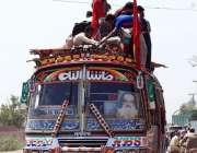 فیصل آباد: ٹریفک پولیس کی نا اہلی، شہری بس کی چھت پر سوار ہو کر سفر کر ..