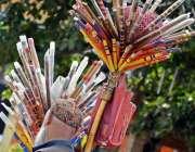راولپنڈی: صدر کے علاقے میں ایک محنت کش بانسریاں فروخت کر رہا ہے۔