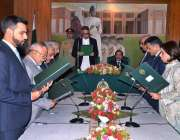 کراچی: گورنر سند محمد زبیر نگران کابینہ سے ان کے عہدوں کا حلف لے رہے ..