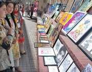 لاہور: شیخ زید میڈیکل اینڈ ڈینٹل کالج میں فیسٹیول کے موقع پر طالبات ..