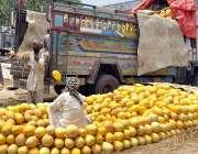اسلام آباد: مزدور ٹرک سے گرمے اتار رہے ہیں۔