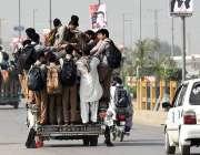 پشاور: ٹریفک پولیس کی نا اہلی، سوزوکی پک اپ پر اوور لوڈنگ کی گئی ہے جو ..
