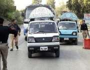 ایبٹ آباد: پولیس اہلکار سیکیورٹی کے پیش نظر گاڑیوں کی چیکنگ کر رہے ہیں۔