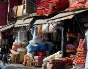 راولپنڈی: نمک منڈی میں بدلتے موسم کے حوالے سے دکانداروں نے رضایاں و ..