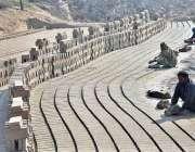 فیصل آباد: مزدور بھٹہ پر اینٹیں بنا رہے ہیں۔
