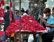 ملتان: دکاندار گاہکوں کو متوجہ کرنے کے لیے پھول سجا رہے ہیں۔