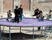 راولپنڈی: بچے جمپنگ جیک سے لطف اندوز ہو رہے ہیں۔