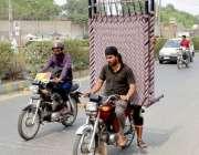 ملتان: موٹر سائیکل سوار خطرناک انداز سے چارپائی اٹھائے لیجا رہے ہیں ..