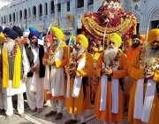 راولپنڈی: حسن ابدال پنجہ صاحب میں سکھ یاتری اپنی مذہبی رسومات ادا کر ..