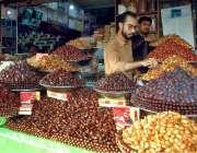 بہاولپور: ریڑھی بان مختلف اقسام کی کھجوری فروخت کے لیے سجا رہا ہے۔