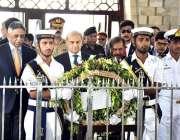 کراچی: نگران وزیراعظم جسٹس (ر) ناصر الملک مزار قائد پر پھولوں کا گلدستہ ..
