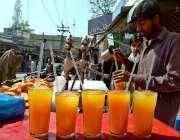 راولپنڈی: ایک دکاندار گرمی کی شدت کم کرنے کے لیے مشروب فروخت کر رہا ..