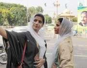 لاہور: مال روڈ پر دو لڑکیاں سیلفی لے رہی ہیں۔