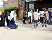 کراچی: عام انتخابات 2018  نارتھ کراچی میں قائم ایک پولنگ اسٹیشن میں ووٹرز ..