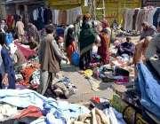 راولپنڈی: شہری ہفتہ وار جمعہ بازارسے استعمال شدہ کپڑے پسند کر رہے ہیں۔