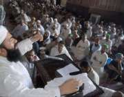 لاہور: بادشاہی مسجد کے خطیب مولانا عبدالخبیر آزاد نماز جمعہ کے اجتماع ..
