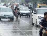 لاہور: شہر میں ہونے والی بارش کے دوران مال روڈ پر ٹریفک رواں دواں ہے۔
