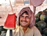 اسلام آباد: دکاندار تربوز کا پیس کاٹ کر گاہک کو دکھا رہا ہے۔