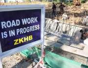 اسلام آباد: مزدور ایمبیسی روڈ کے تعمیراتی کام میں مصروف ہیں۔