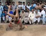 راولپنڈی: لیاقت باغ اکھاڑے میں ہونے والے مقابلوں میں پہلوان کشتی میں ..