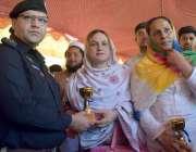 پشاور: ایس ایس پی ٹریفک یاسر آفریدی تقریب تقسیم انعامات کے موقع پر شی ..
