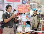 لاہور: ایکسپو سنٹر میں میگا پاکستان پیپر اینڈ سٹیشنری شو میں ایک شہری ..