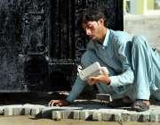 اسلام آباد: وفاقی دارالحکومت میں ایک مزدور فٹ پاتھ پر ٹائلیں لگنے میں ..