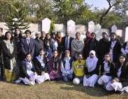 اسلام آباد: پروفیسر ڈاکٹر فاروق ڈارکا پرنسپل اور طالبات کے ہمراہ قائد ..