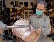 راولپنڈی: محنت کش پرانے برتنوں کو کلی کرنے میں مصروف ہے۔