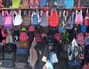 راولپنڈی: بچوں کے والدین تعلیمی نئے سال کے لیے سکول بیگ پسند کر رہے ..