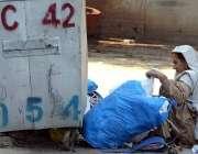 راولپنڈی: خانہ بدوش خاتون کچرے کے ڈھیر سے کارآمد اشیاء تلاش کر رہی ہے۔