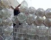 لاڑکانہ: دکاندار نے گاہکوں کو متوجہ کرنے کے لیے پنجرے سجا رکھے ہیں۔