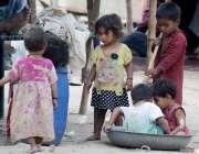لاہور: خانہ بدوش بچے کھیل کود میں مصروف ہیں۔