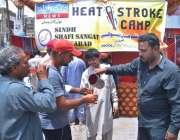 حیدر آباد: گرمی کی شدت کے باعث مخیر حضرات کی جانب سے شہریوں کو مشروب ..