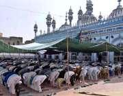 راولپنڈی:روزہ دار قدیمی جامع مسجد میں رمضان المبارک کے چوتھے جمعتہ ..