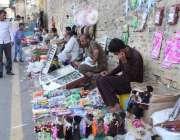 لاہور: بادشاہی مسجد کے باہر بچوں کے کھلونوں کے سٹال سجے ہیں۔