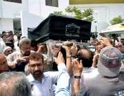 کراچی: ممتاز رائٹر مشتاق احمد یوسفی کی نماز جنازہ ادا کرنے کے بعد تدفین ..