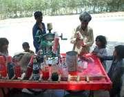 حیدر آباد: گرمی کی شدت سے بچنے کے لیے بچے برف کے گولے کھا رہے ہیں۔