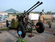پشاور: یوم شہداء کے سلسلہ میں پاک آرمی کے دفاعی اشیاء سجا رہے ہیں۔